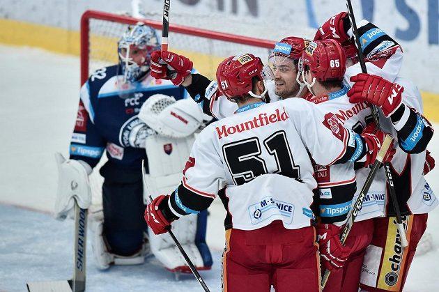 Autor prvního gólu Hradce Lukáš Cingeľ(čelem) se raduje se spoluhráči.
