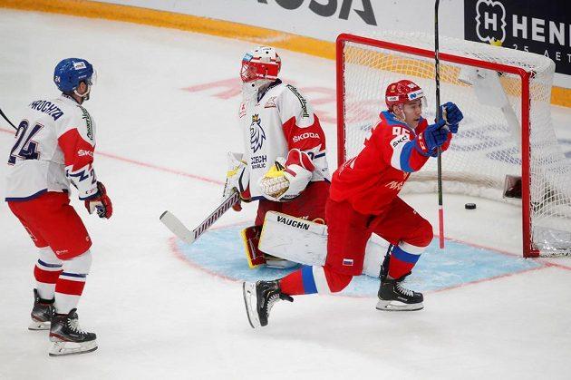 Rus Kuzmenko slaví gól do sítě Šimona hrubce.