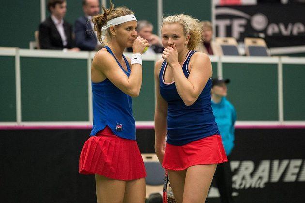 Lucie Šafářová (vlevo) a Kateřina Siniaková během čtyřhry se Španělskem v 1. kole Fed Cupu.