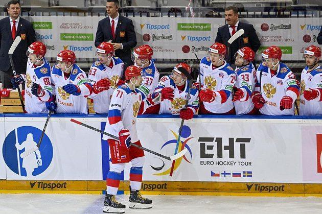 Anton Burdasov z Ruska oslavuje se spoluhráči gól proti Švédsku.