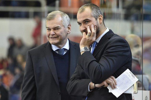 Zprava trenér Vítkovic Pavel Trnka a bývalý reprezentační trenér Vladimír Vůjtek při utkání v Brně.