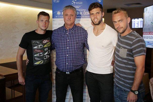 Český daviscupový tým (zleva) Adam Pavlásek, kapitán Jaroslav Navrátil, Jiří Veselý a Roman Jebavý před duelem v Nizozemsku.