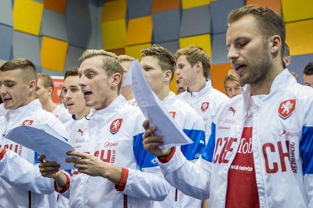 Čeští fotbaloví reprezentanti si roli zpěváků užívali.