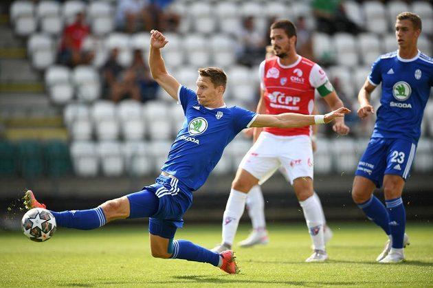 Mladoboleslavský útočník Milan Škoda se natahuje po míči během utkání s Pardubicemi ve vršovickém Ďolíčku.