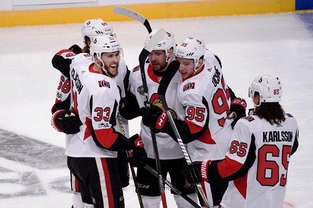 Radost hokejistů Ottawy v utkání NHL ve Stockholmu proti Coloradu.