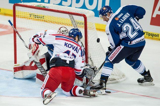 Český útočník Jan Kovář se snaží dopravit puk za záda finského brankáře Säteriho. Vpravo je forvard Suomi Jani Lajunen.