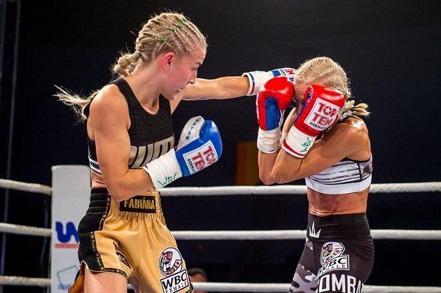 Boxerka Fabiána Bytyqi (vlevo) z ČR zvítězila nad Denise Castleovou z Velké Británie v utkání o titul mistryně světa organizace WBC.