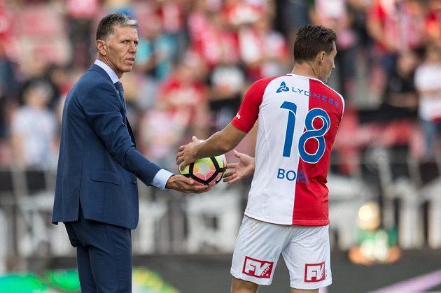 Trenér Slavie Praha Jaroslav Šilhavý podává míč Janu Bořilovi.