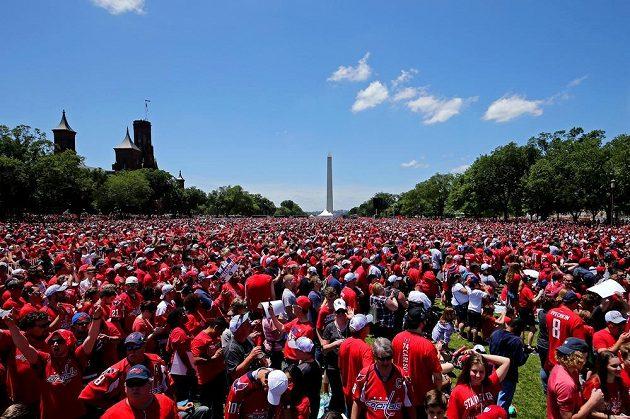 Fanoušci Washingtonu čekající na hokejisty.