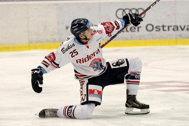 Dohrávané utkání 6. kola hokejové extraligy mezi Vítkovicemi a Zlínem. Autor třetí branky Vítkovic Patrik Zdráhal.