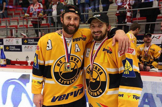 Útočníci Litvínova Martin Ručinský (vlevo) a František Lukeš se radují po vítězství v sedmém finále v Třinci.