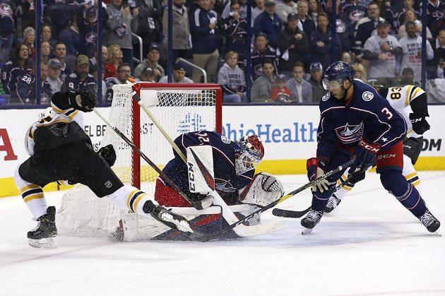 Útočník Bostonu Bruins Jake DeBrusk (74) dává gól Columbusu v utkání 2. kola play off NHL. Trefu nakonec muselo posvětit video. Boston ale zápas stejně prohrál 1:2.