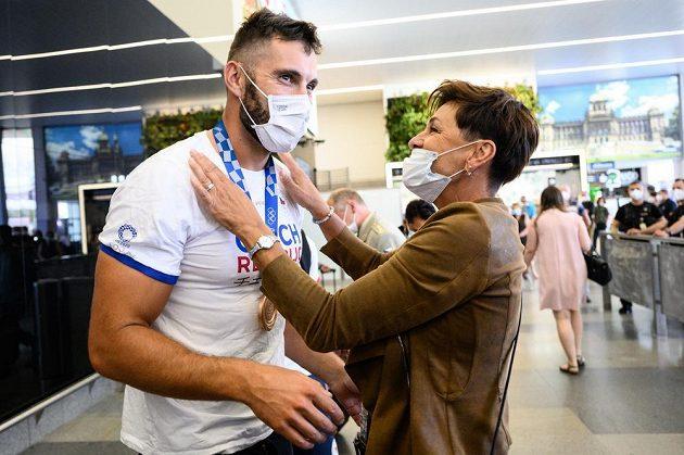 Kajakář Josef Dostál se vítá se svojí maminkou, na letišti.