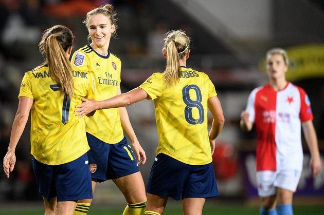 Vivianne Miedemaová z Arsenalu (uprostřed) oslavuje se spoluhráčkami svůj třetí gól během utkání Ligy mistryň na hřišti Slavie.