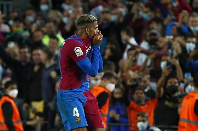Barcelonský Ronald Araujo slaví poté, co vstřelil gól do sítě Granady v utkání španělské ligy.