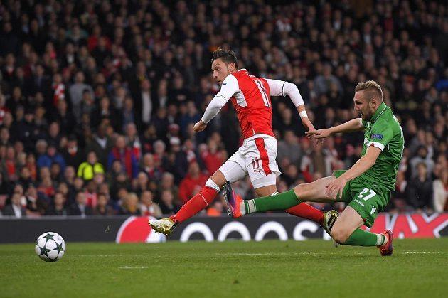 Záložník Arsenalu Mesut Özil střílí gól v zápase s Ludogorcem Razgrad.