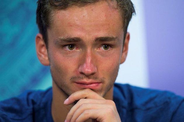 Mladý ruský tenista Daniil Medveděv věděl, že si ve Wimbledonu zadělal na problém.