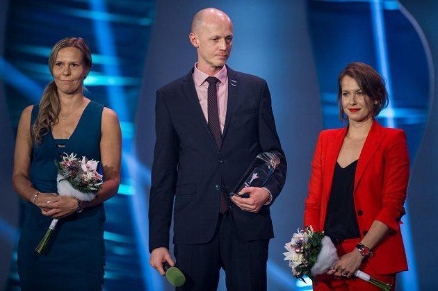 Nejlepším kolektivem se stal fedcupový tým. Zleva Lucie Hradecká, uprostřed nehrající kapitán Petr Pála a vpravo Barbora Strýcová.