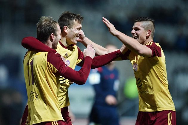 Fotbalisté Dukly se radují ze vstřelení gólu proti Jablonci. Zleva Michael Krmenčík, Lukáš Štetina a Ondřej Vrzal.