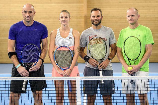 (Zleva) Jan Koller, Karolína Plíšková, Patrik Berger a Bohdan Ulihrach při tenisové exhibici v Praze.