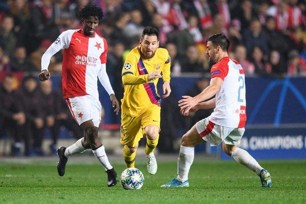 David Hovorka (vpravo) ze Slavie se snaží zastavit Lionela Messiho z Barcelony, vlevo Peter Olayinka.