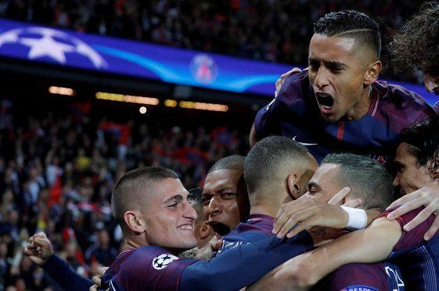 Dani Alves se spoluhráči z PSG slaví gól proti Bayernu.