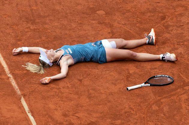 Jil Teichmannová ze Švýcarska oslavuje vítězství nad českou tenistkou Karolínou Muchovou ve finále tenisového turnaje J&T Banka Prague Open.