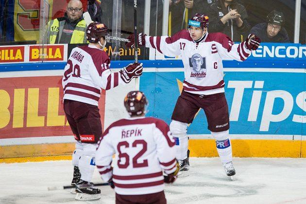 Hokejisté Sparty Praha (zleva): Petr Vrána, Michal Řepík a Jaroslav Hlinka oslavují gól na 1:0 během utkání s Chomutovem.