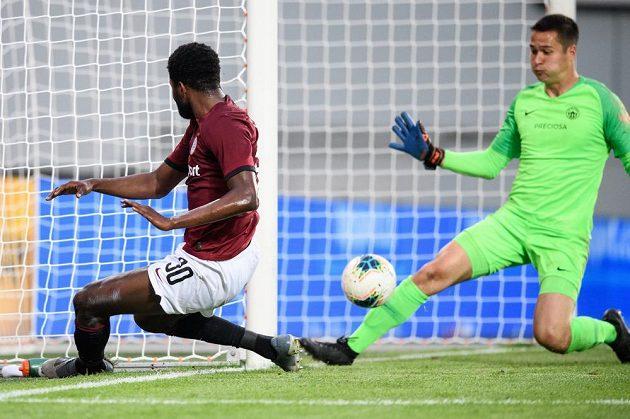Benjamin Tetteh ze Sparty Praha střílí gól Liberci na 4:1 během utkání ve skupině o titul v rámci nadstavby Fortuna ligy.