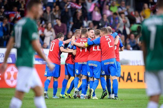 Fotbalisté Plzně oslavují gól na 1:1 v utkání s Jabloncem.