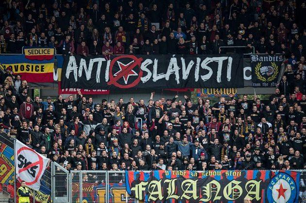 Fanoušci Sparty s provokativním transparentem na derby v Edenu.
