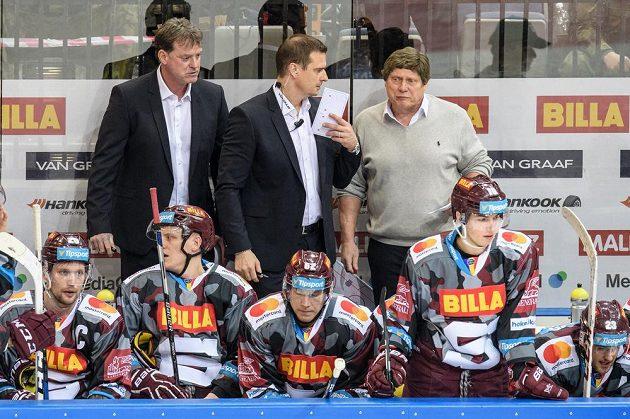 Trenéři Sparty Praha František Výborný (vpravo) a Radim Rulík (vlevo) a asistent Martin Janeček během utkání s Vítkovicemi.