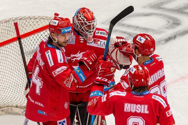 Hokejisté Třince zleva Tomáš Kundrátek, brankář Ondřej Kacetl, Ralfs Freibergs a David Musil.