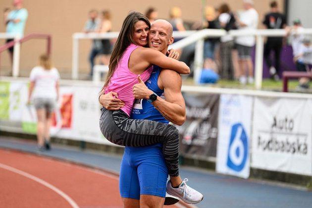 Petr Svoboda s partnerkou v cíli 100 m překážek v rámci Memoriálu Josefa Odložila.