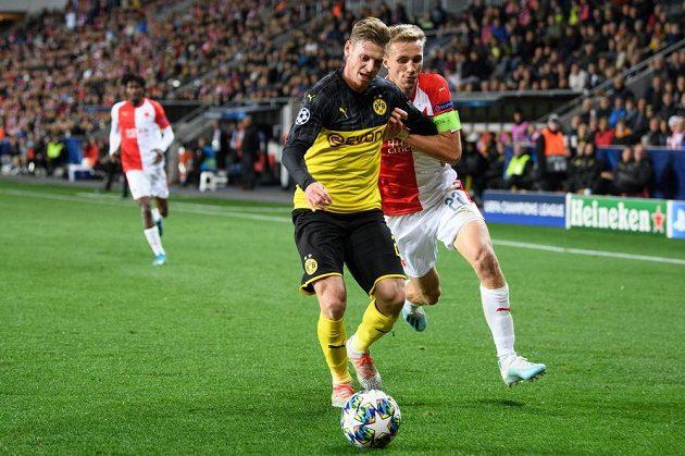 Lukasz Piszczek z Dortmundu a Tomáš Souček ze Slavie Praha v akci během utkání základní skupiny Ligy mistrů v Praze.