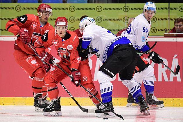 Patrik Miškář a Jordann Perret z Hradce Králové a Thomas Thiry a Dario Simion ze Zugu během úvodního čtvrtfinále play off hokejové Ligy mistrů.
