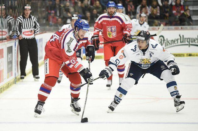 Tomáš Kundrátek (vlevo) a Fin Valtteri Filppula při utkání turnaje Carlson Hockey Games v Českých Budějovicích.