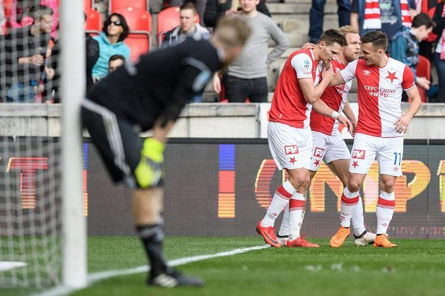 Fotbalisté Slavie Praha Milan Škoda (vlevo), Mick van Buren a Stanislav Tecl oslavují třetí gól proti Olomouci.
