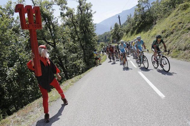 Německý fanoušek Dieter Senft tradičně nechybí pri Tour de France. Ve svém obvyklém přestrojení sledoval ve 13. etapě pole, které ve stoupání táhl Japonec Jukija Araširo.