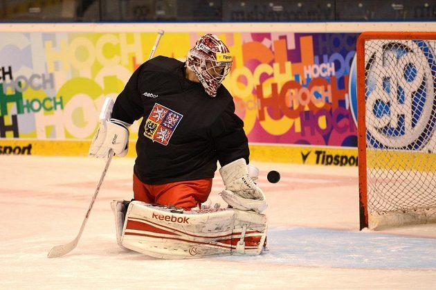 Brankář Jakub Kovář během tréninku hokejové reprezentace v Pardubicích.