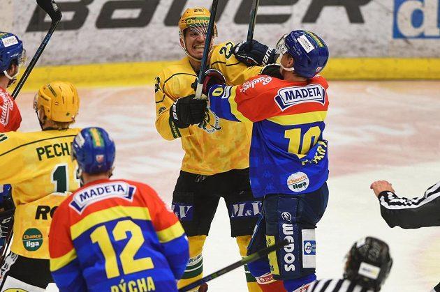 Tekly nervy. Zleva Vít Jonák ze Vsetína a Roman Přikryl z Budějovic v potyčce během semifinále první hokejové ligy.