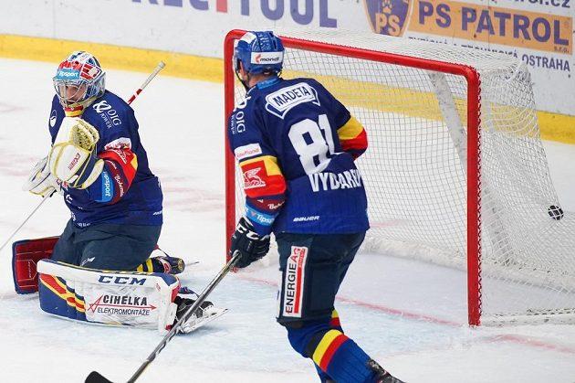 Brankář Českých Budějovic Jan Strmeň inkasuje branku. Vpravo je René Vydarený z Českých Budějovic.