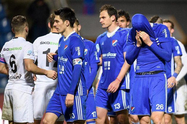 Ostravský útočník Tomáš Poznar po neproměněné penaltě během utkání čtvrtfinále MOL Cupu.