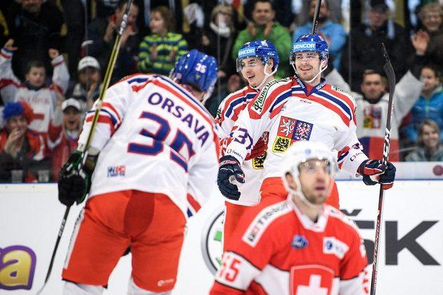 Martin Kaut (vpravo) oslavuje gól proti Švýcarsku v Příbrami.