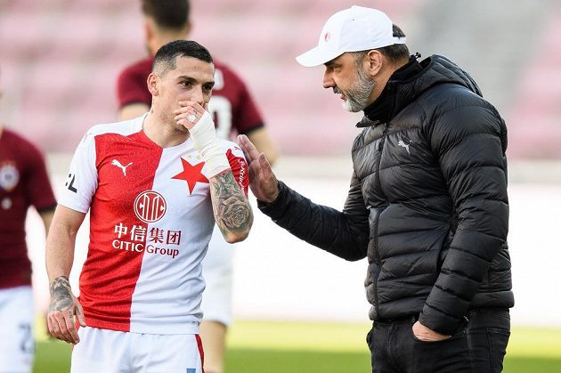 Nicolae Stanciu ze Slavie během semifinále MOL Cupu s trenérem Slavie Jindřichem Trpišovským .