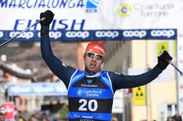Ilja Černousov z Bauer Ski Teamu projel cílem Marcialongy jako první.
