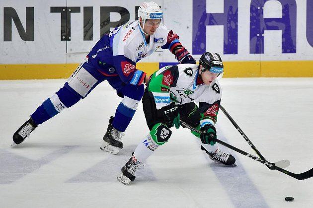 Oscar Flynn (vpravo) z Mladé Boleslavi a Jakub Orsava z Brna v akci během extraligového zápasu.