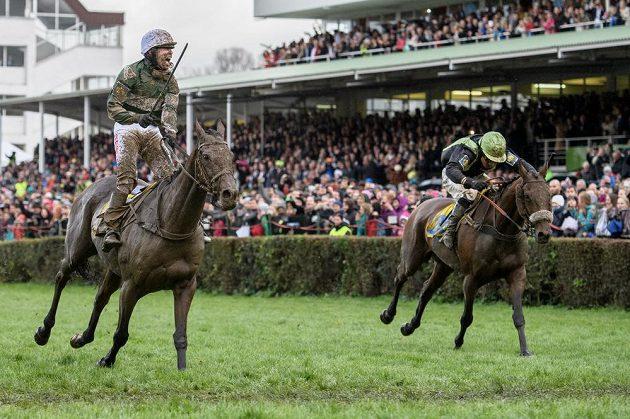 Gejzír radosti může propuknout, Jan Kratochvíl na koni No Time To Lose projíždí jako první cílem Velké pardubické.