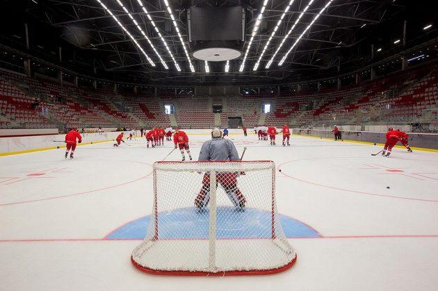 Třinečtí hokejisté na tréninku v nové hale.