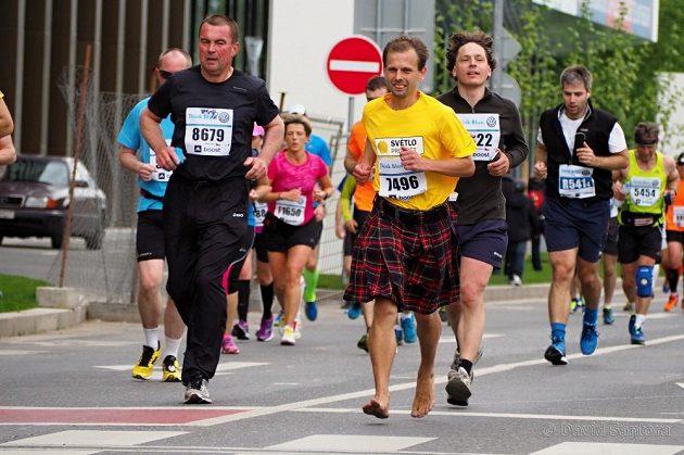 Další maraton naboso. A pak, že to bez bot nejde!